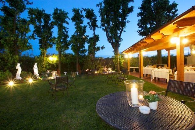 La vista serale sul patio e il giardino del ristorante La Guardia.